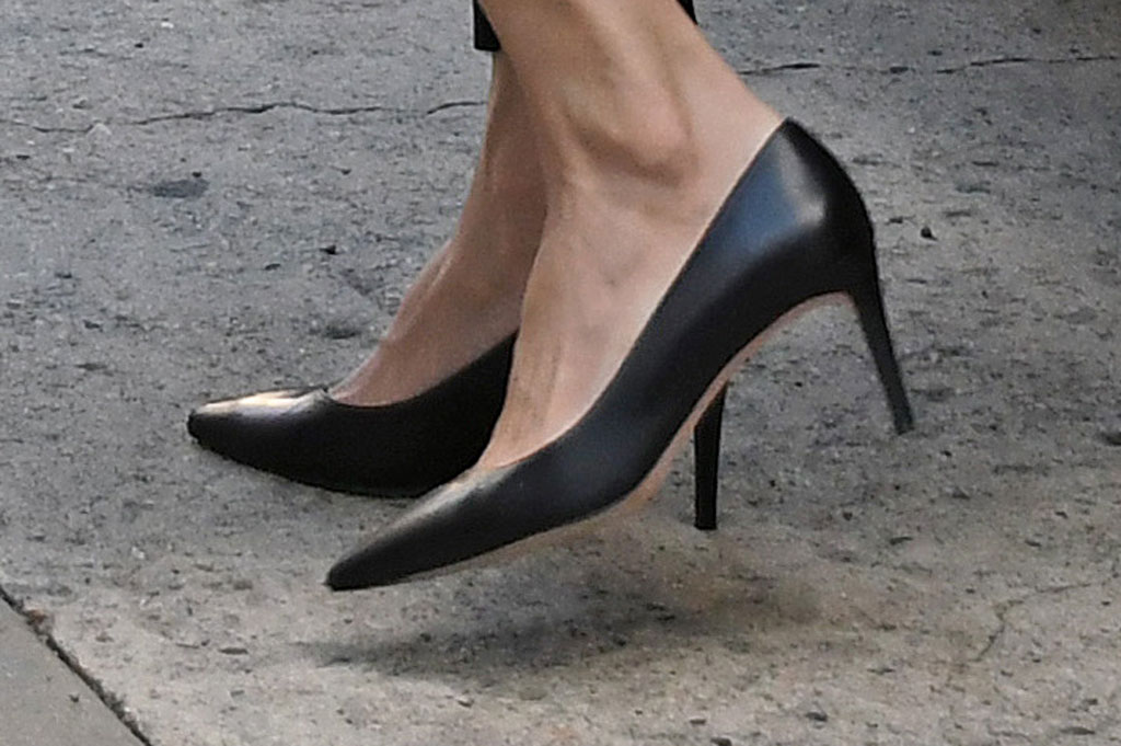 Angelina Jolie, black pumps, high heels