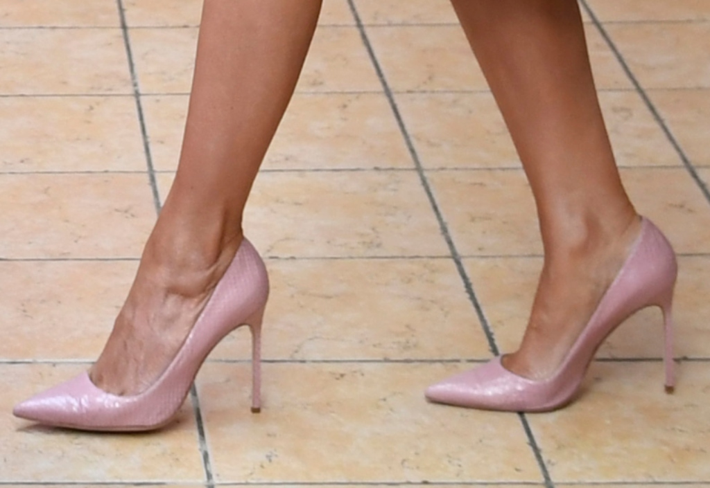 melania trump, pink pumps