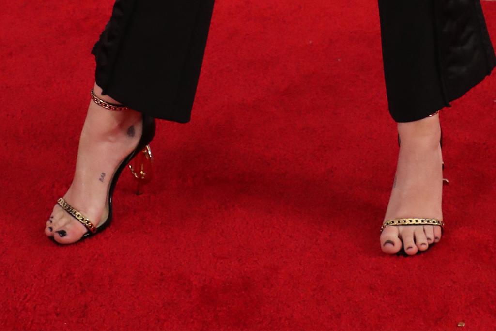 miley cyrus, sandals, grammys