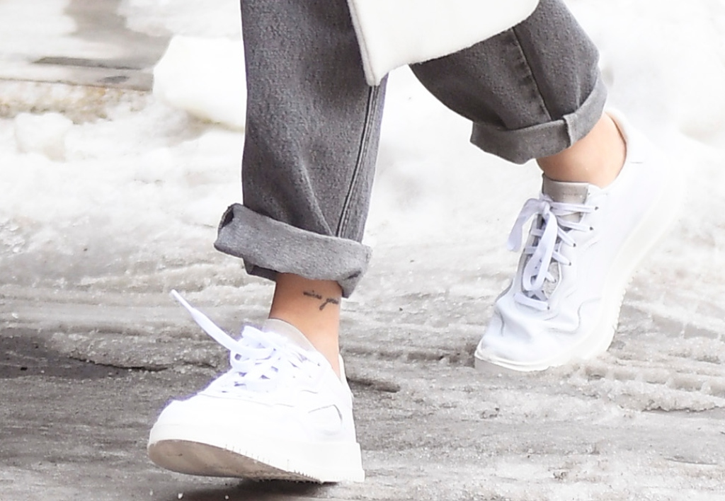 hailey baldwin street style, white sneakers