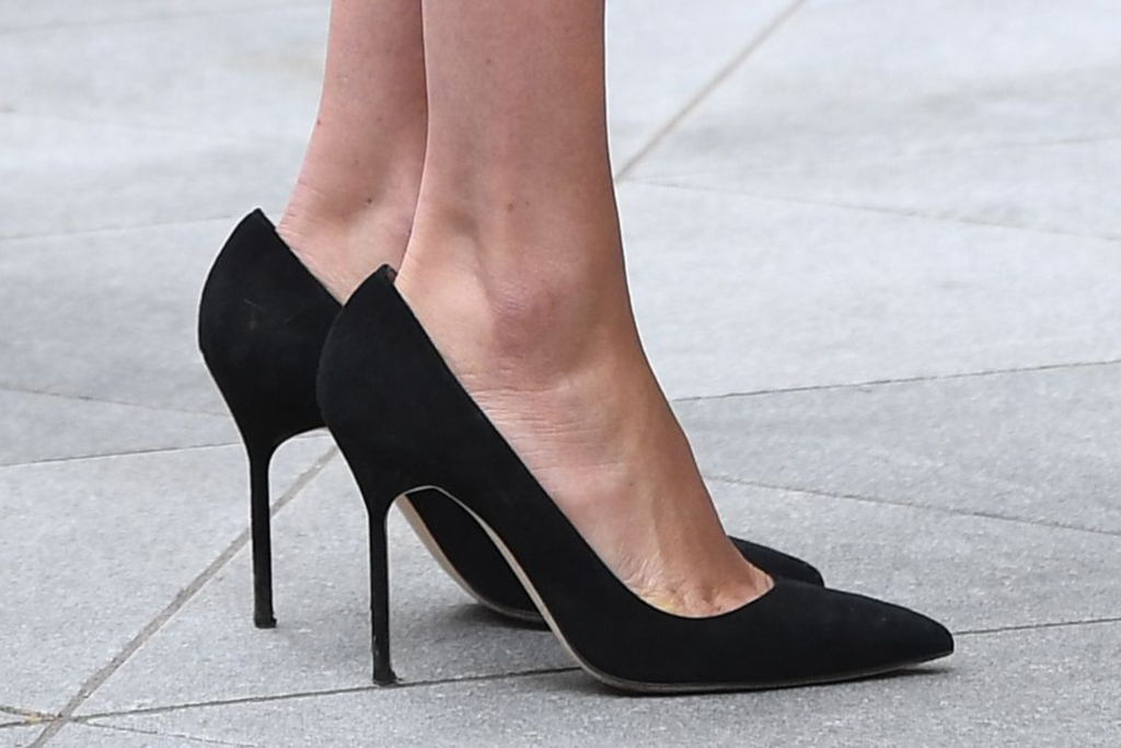 meghan markle, manolo blahnik bb pumps