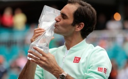 Roger Federer, of Switzerland, kisses the