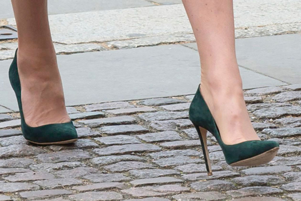 Kate middleton, celebrity royal style, anzac day, london, westminster abbey, kiki mcdonough jewelry, rosie olivia fascinator, catherine walker coat dress, turquoise, emmy london pumps