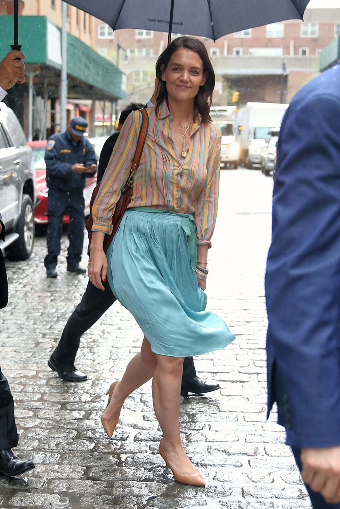 katie holmes, celebrity street style, nyc, striped shirt, teal skirt, tan high heels,pumps,