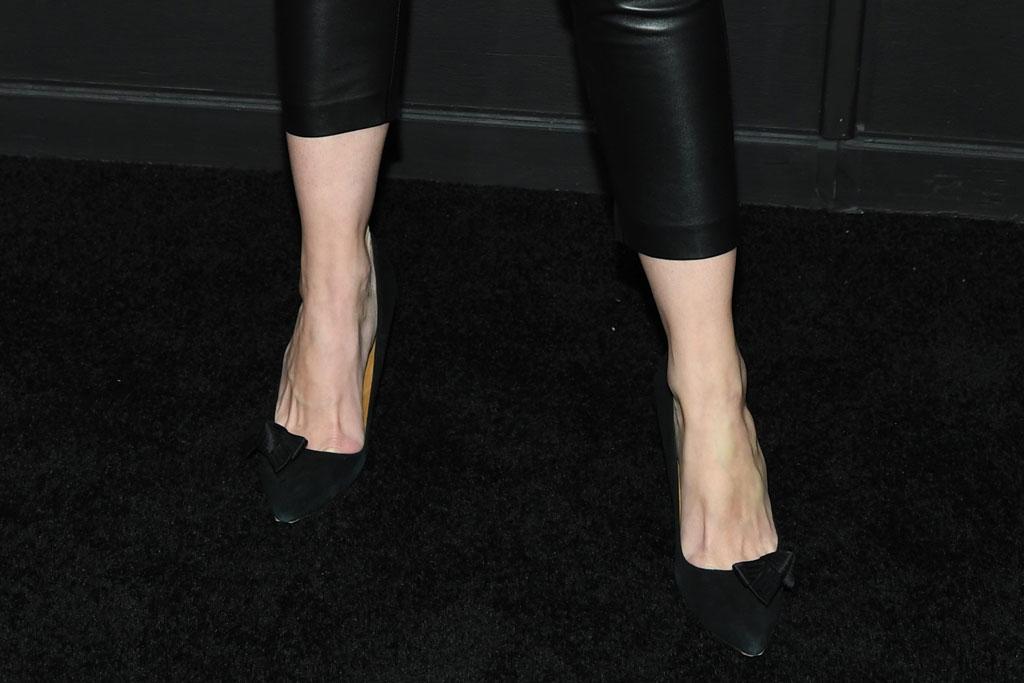 katie holmes, shoe style, suede black pumps