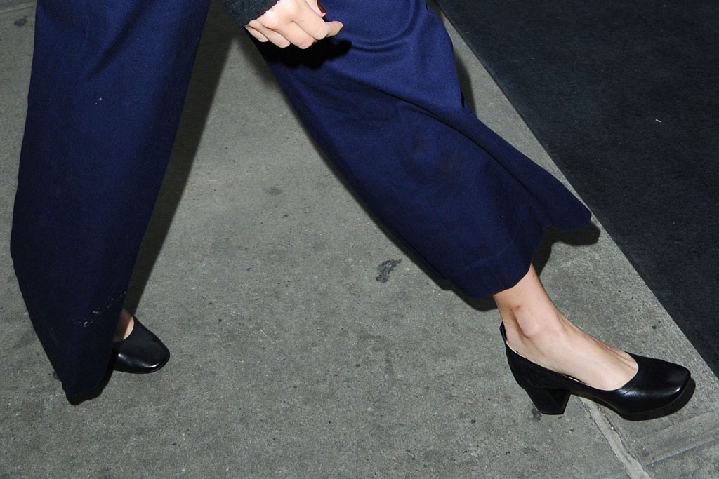 margot robbie, celebrity shoe style, block heeled pumps