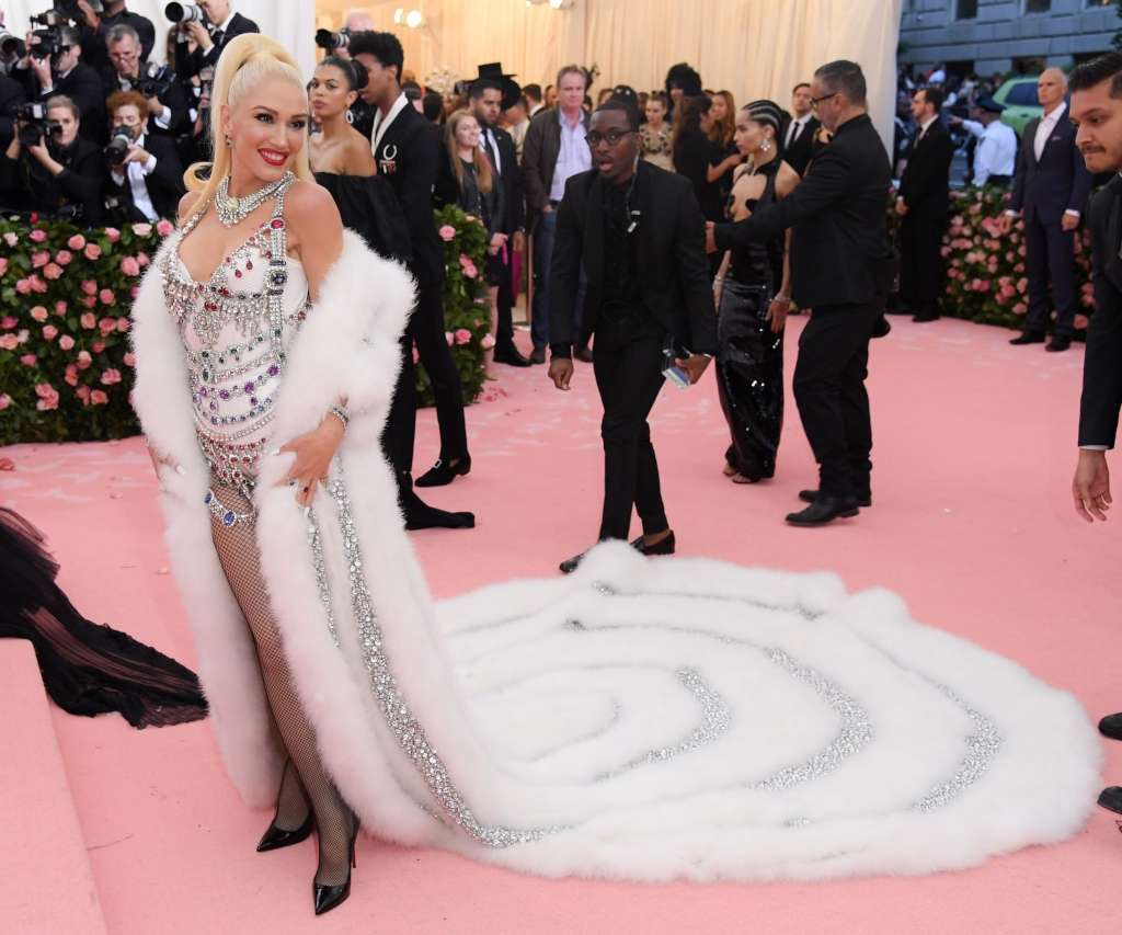 Gwen Stefani, 2019 met gala, christian louboutin so kate pumps, moschino white dress