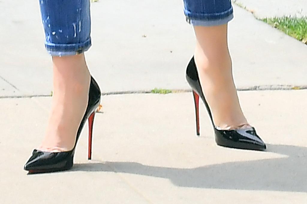 christian louboutin so kate pumps, celebrity shoe style, gwen stefani, distressed jeans
