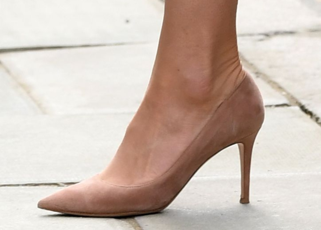 kate middleton, Gianvito Rossi Suede Point Toe Pumps