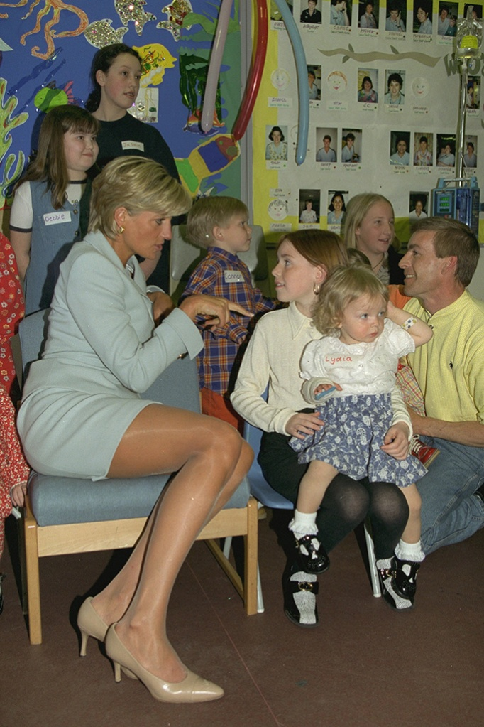 Diana Princess Of Wales Visits Patients At Brompton Hospital. Diana Is With Children On May Ward. Diana Princess Of Wales Visits Patients At Brompton Hospital. Diana Is With Children On May Ward.