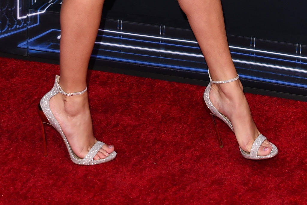 taylor swift, sandals, bbmas, celebrity style