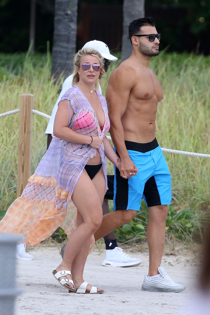 Britney Spears, pink bikini, beach body, birkenstock arizona sandals, , boyfriend Sam Asghari., celebrity style, beach, miami,