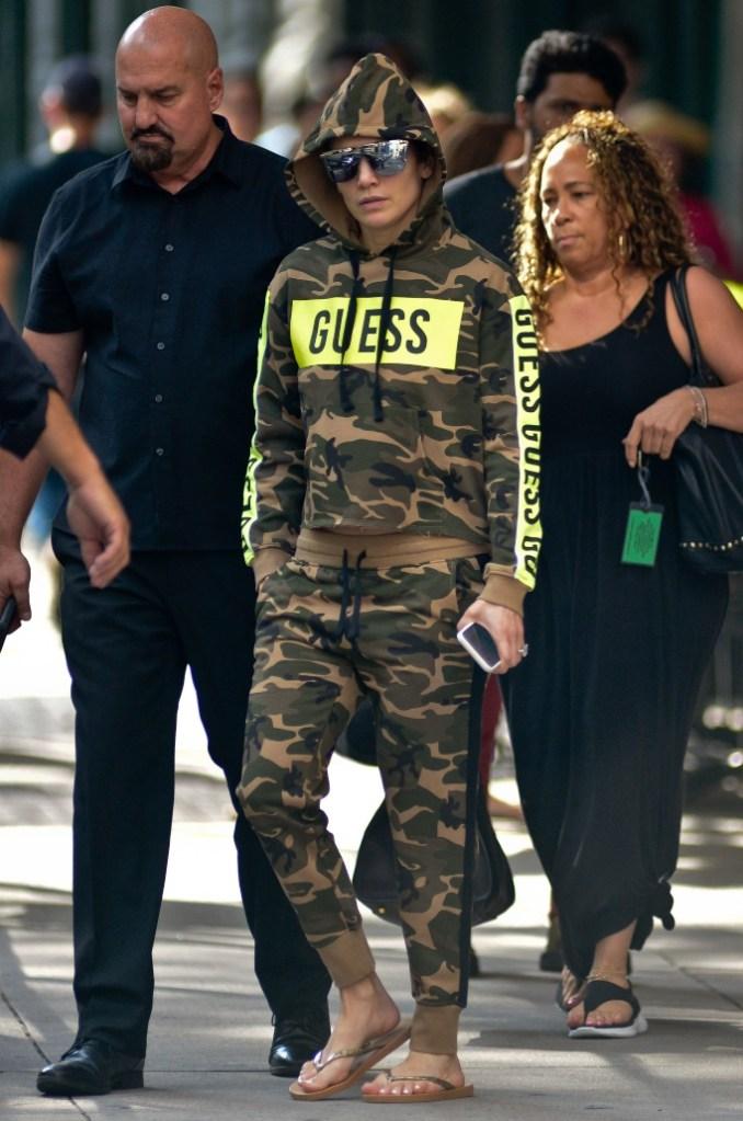 Jennifer Lopez, guess, camouflage, flip-flops