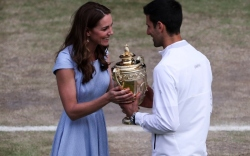 kate middleton presents the trophy to