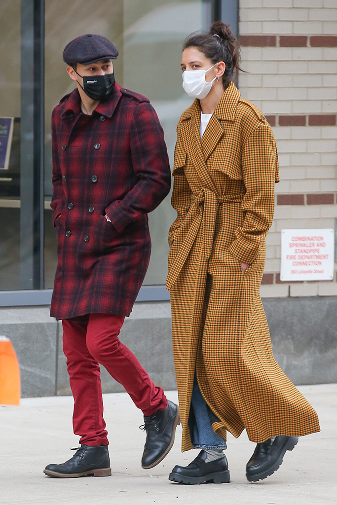 Katie Holmes and Emilio Vitolo Jr out for a walk together in NYC. 25 Jan 2021 Pictured: Katie Holmes and Emilio Jr. Photo credit: MEGA TheMegaAgency.com +1 888 505 6342 (Mega Agency TagID: MEGA729487_001.jpg) [Photo via Mega Agency]