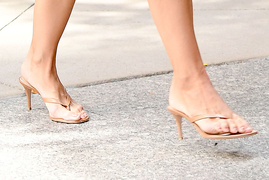 Katie holmes, celebrity style, street style, gianvito rossi shoes, pedicure, feet, shoe style, thong sandals, flip-flops heels,