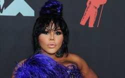 Lil Kim arrives on the red