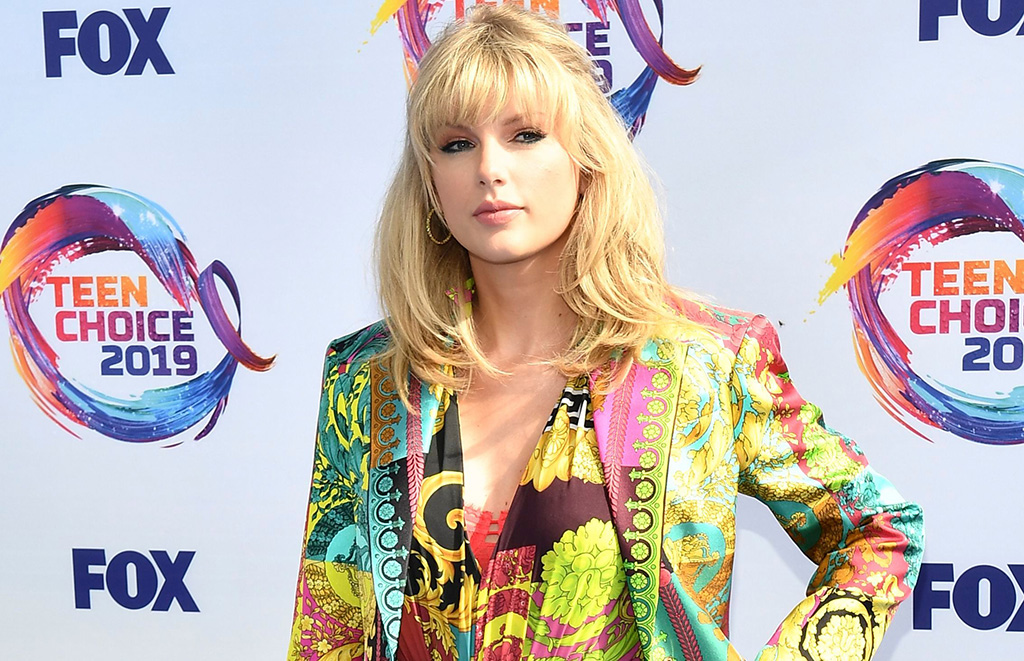 Taylor Swift Wears Versace Romper Neon Heels At Teen Choice Awards Footwear News