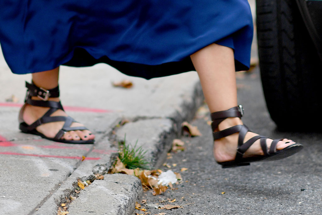 Katie Holmes, gladiator sandals, shoe detail, nyc, street style, celebrity style, global citizen festival, pedicure, toes, feet