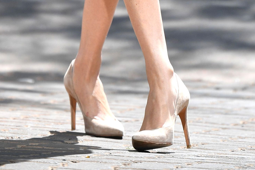 Meghan Markle, Johannesburg, South Africa, celebrity style, banana republic trench dress, Stuart weitzman shoes, legend pumps