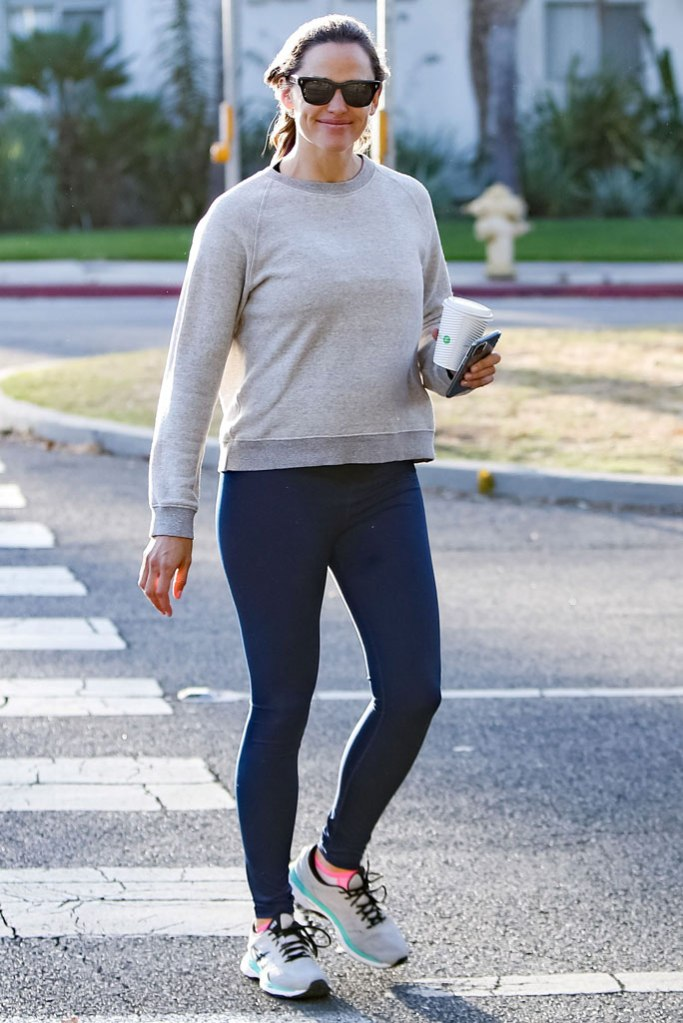 Jennifer Garner, leggings, sweatshirt, asics gel-kayano, celebrity style, sunglasses