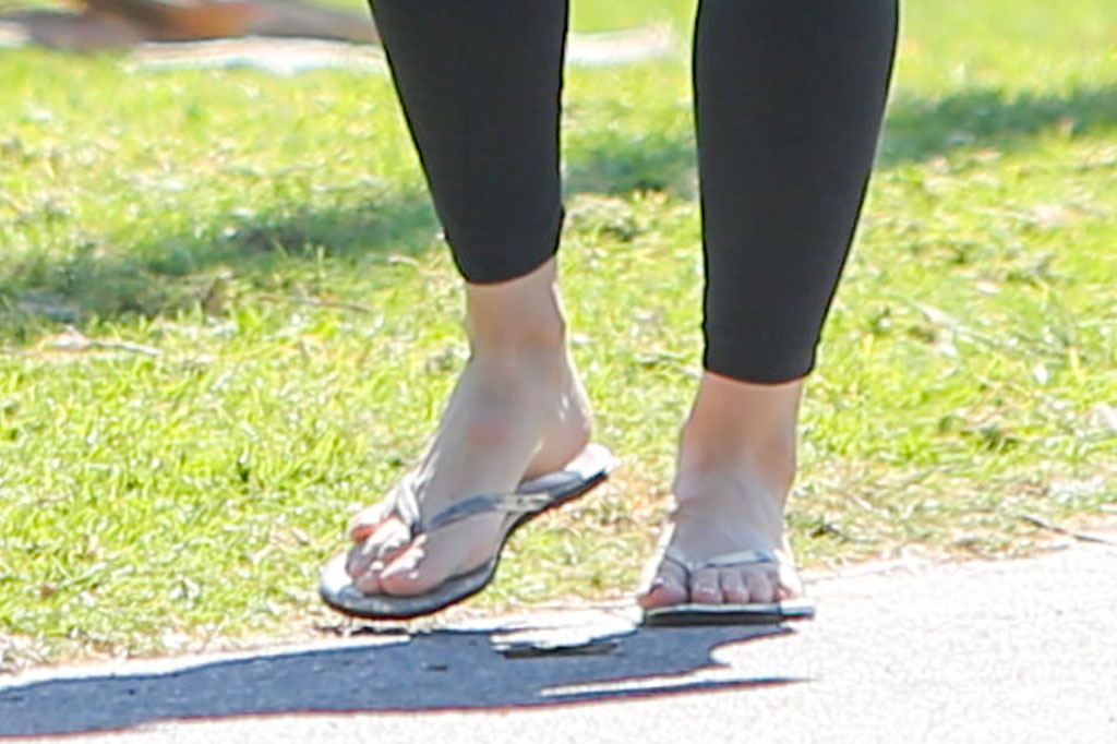 Jennifer Garner, silver shoes, flip-flops, sandals, feet, celebrity shoe style, soccer game, grass, leggings