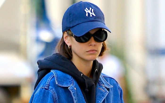 Kaia Gerber, street style, new york yankees hat, sunglasses, hoop earrings, hoodie, nyc