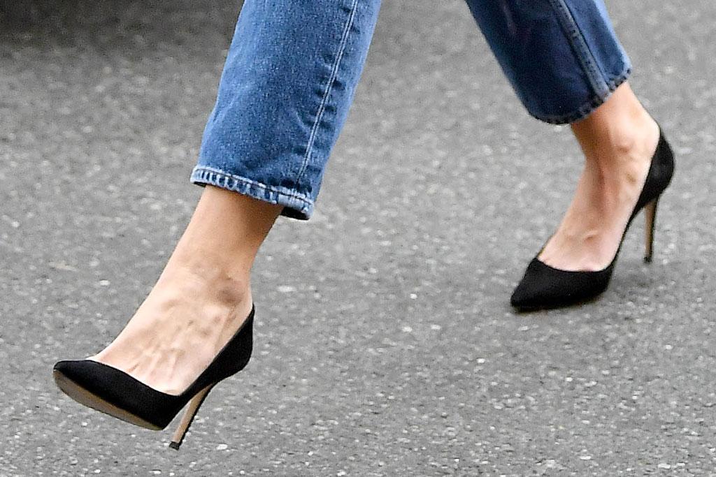 Katie Holmes, straight leg jeans, classic black pumps, stilettos, celebrity style, shoe style, feet