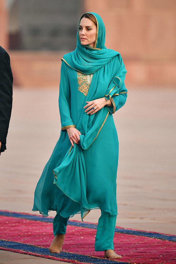 Kate Middleton wearing a turquoise shalwar kameez by Maheen Khan at the Badshahi Mosque, Pakistan.