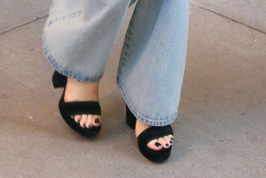 Margot Robbie, celebrity style, jeans, block heeled sandals, toes, feet, shoe style, new York