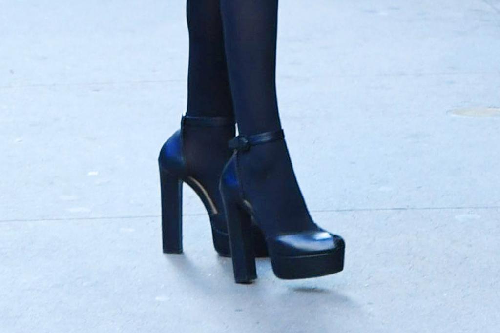 anna kendrick, gma, good morning america, platform heels, tight