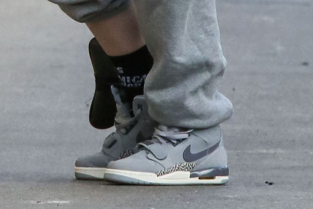 billie eilish, nike sneakers, gray, jimmy kimmel