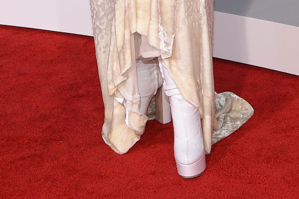 Christina Aguilera, white boots, platforms, red carpet, amas, american music awards, celebrity style