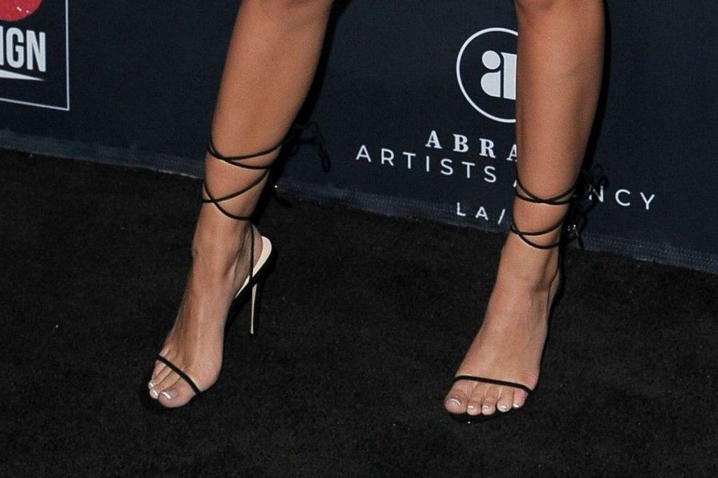 Emily Ratajkowski, femme shoes, sandals, legs, strappy sandals, red carpet, pedicure, toes, go gala