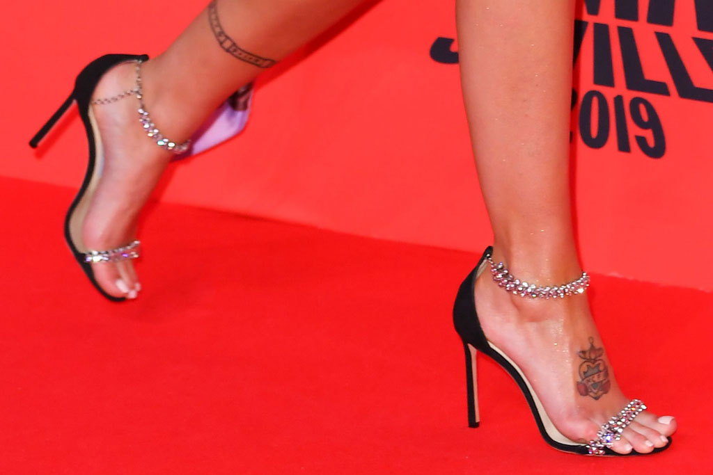 halsey, jimmy choo shoes, crystal shoes, mtv european music awards, emas, red carpet, celebrity style, pedicure, tattoo, feet, stilettos