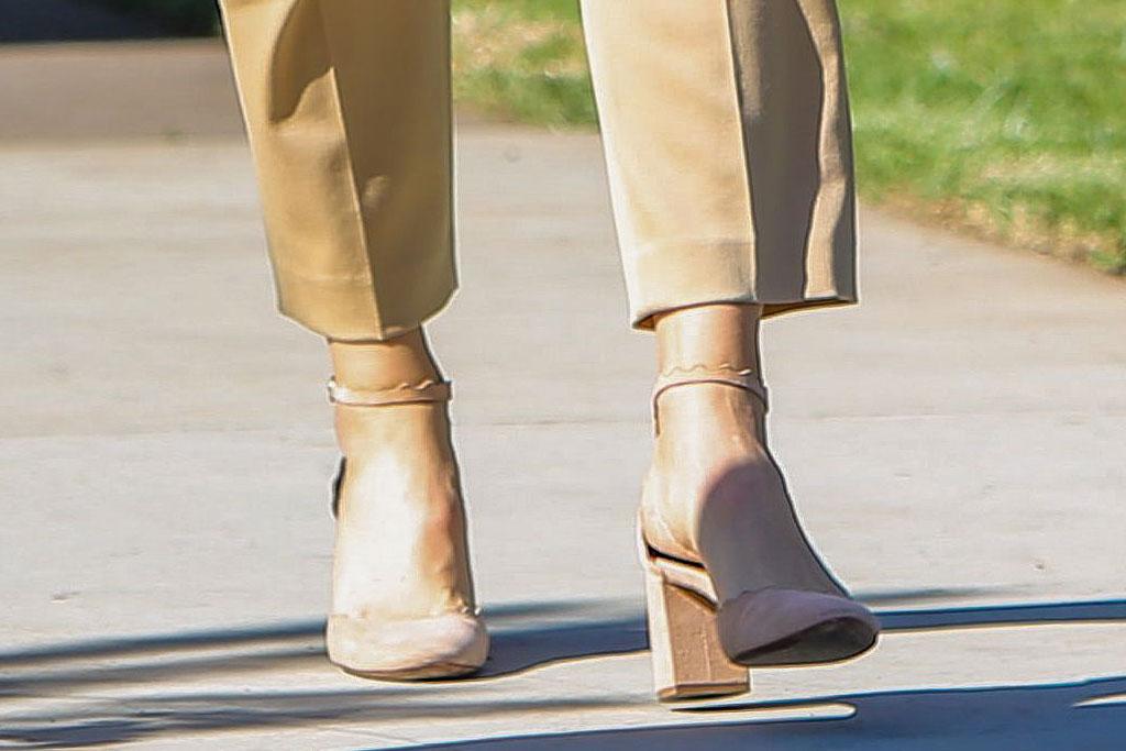Jennifer Garner, Chloé , chloe lauren pumps, blush pumps, turtleneck, beige pants, sunglasses, fall fashion, Jennifer Garner out and about, Los Angeles, USA - 24 Nov 2019