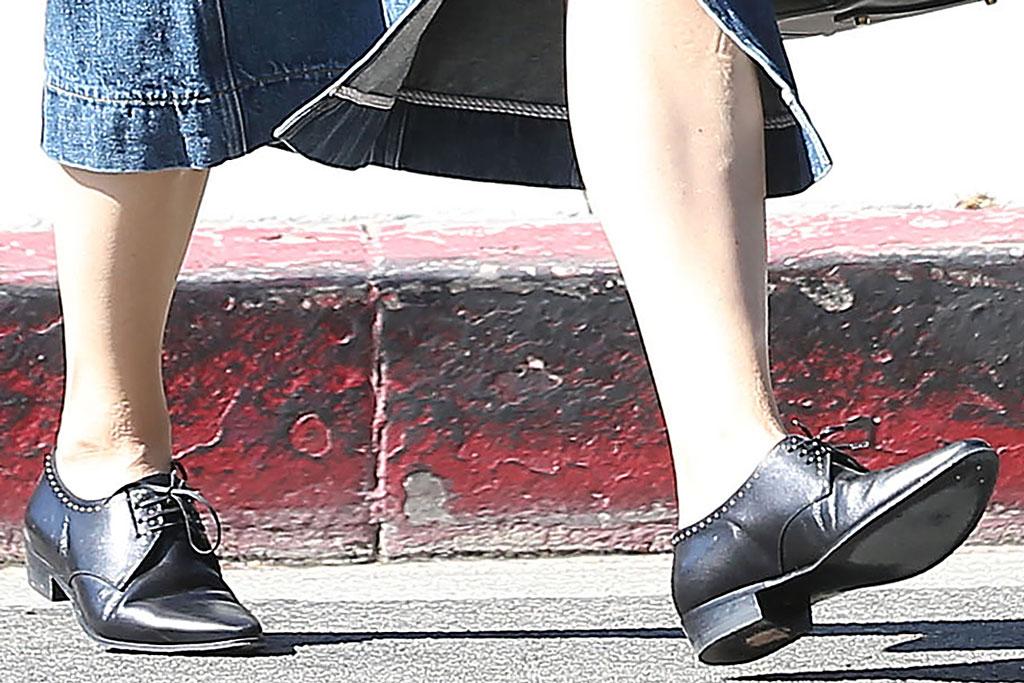 Jennifer Garner, brogues, celebrity style, legs, denim skirt, los angeles