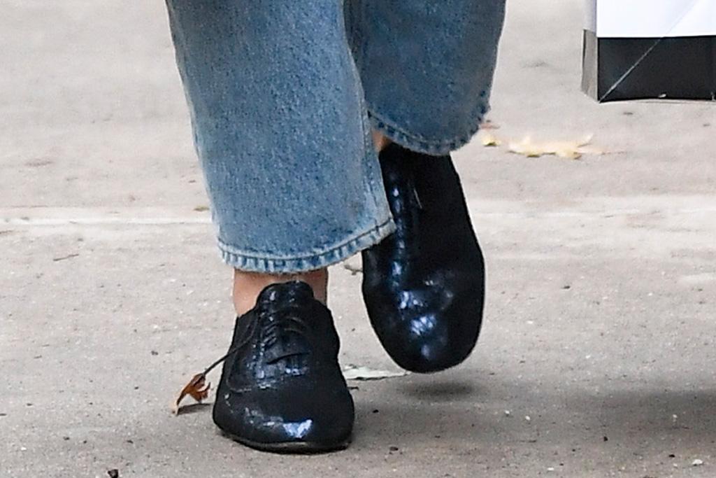 katie holmes, new york, black shoes, brown bag