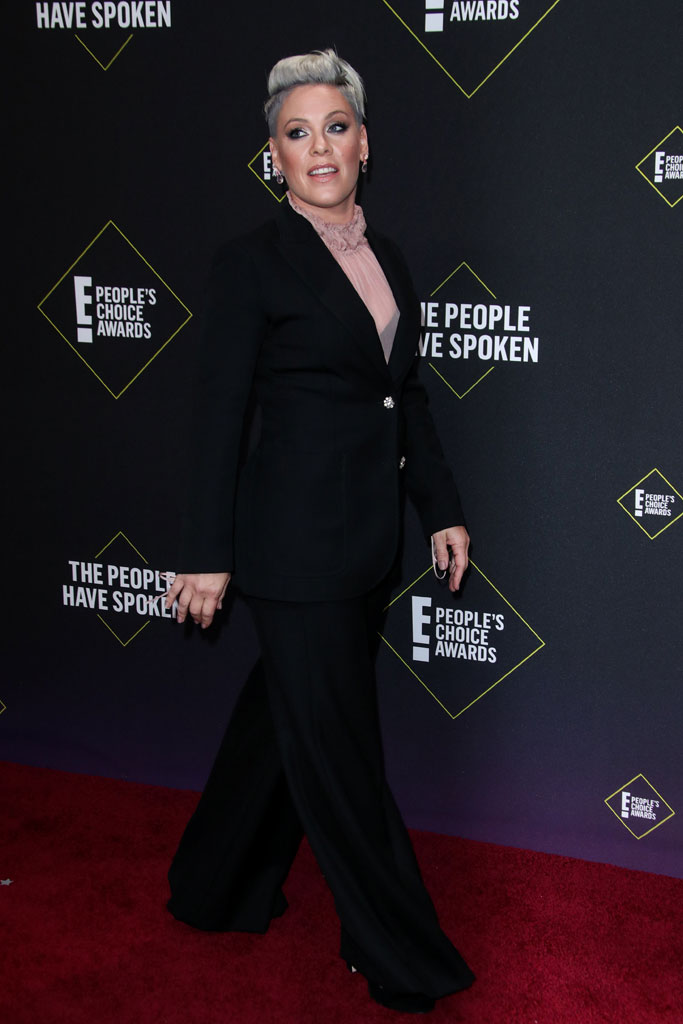 Pink, People's Choice Awards, black suit, pink shirt