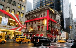 Holiday shoppers in New York CityHoliday
