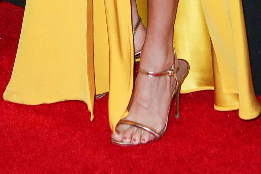sienna miller, gold sandals, pedicure, pink nail polish, toes, celebrity shoe style, hollywood film awards,