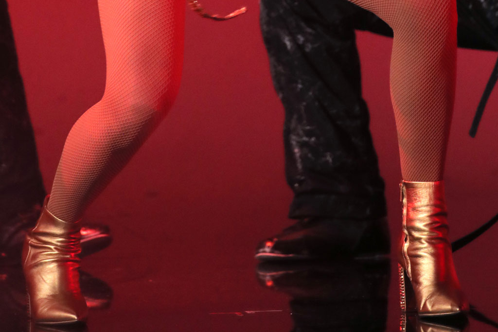 Taylor Swift, gold booties, ankle boots, gold shoes, marc fisher ltd, legs, shoe details, fishnets, amas, american music awards