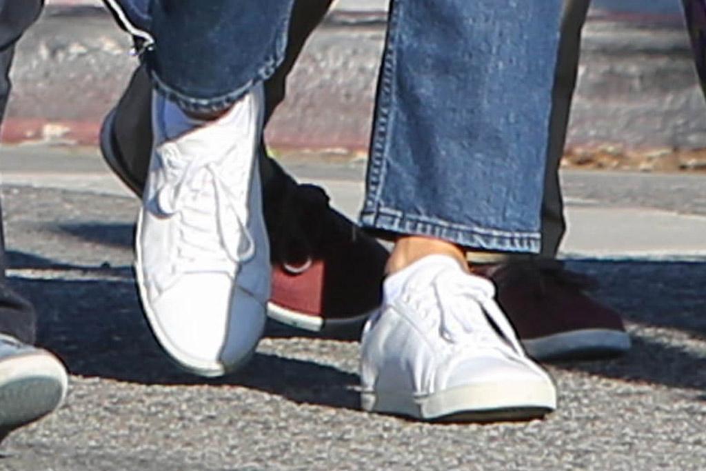 jennifer garner, white sneakers, celebrity style, los angeles, mom jeans, la