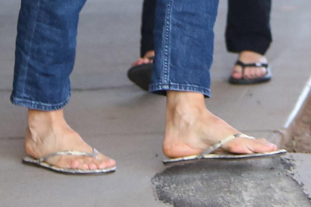Jennifer Garner, pedicure, celebrity feet, mom jeans, sweater, tote bag, flip flops, thong sandals, Jennifer Garner out and about, Los Angeles, USA - 18 Dec 2019
