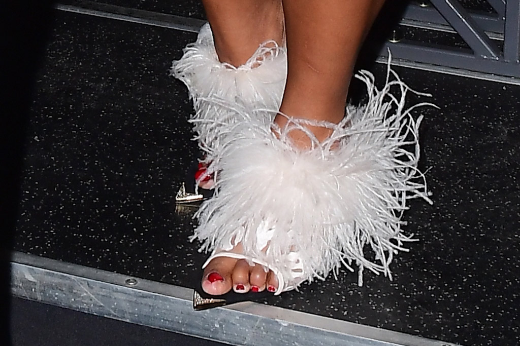Lizzo, feathered sandals, white shoes, pedicure, pointy shoes, toes, snl, saturday night live, dec 21 2019