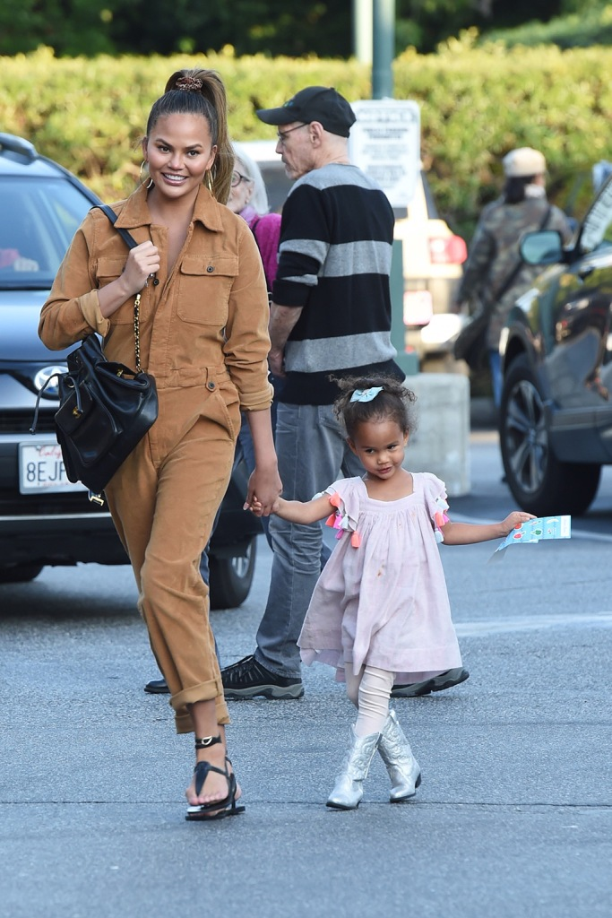 Chrissy Teigen , ancient greek sandals, frame jumpsuit, tan boiler suit, thong sandals, luna, tucker and tate boots, silver boots, and her daughter Luna go grocery shopping at Bristol Farms in Beverly Hills. The 34 year old model is wearing brown/beige overalls. 13 Jan 2020 Pictured: Chrissy Teigen And Luna. Photo credit: Photographer Group/MEGA TheMegaAgency.com +1 888 505 6342 (Mega Agency TagID: MEGA584489_009.jpg) [Photo via Mega Agency]Chrissy Teigen and her daughter Luna go grocery shopping at Bristol Farms in Beverly Hills. The 34 year old model is wearing brown/beige overalls. 13 Jan 2020 Pictured: Chrissy Teigen And Luna. Photo credit: Photographer Group/MEGA TheMegaAgency.com +1 888 505 6342 (Mega Agency TagID: MEGA584489_008.jpg) [Photo via Mega Agency]