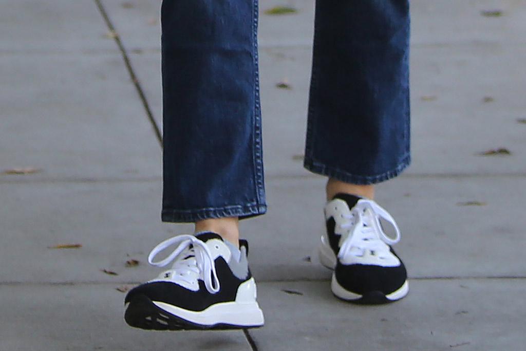 jennifer garner, chanel, sneakers, celebrity style, street style, mom jeans, shoe detail