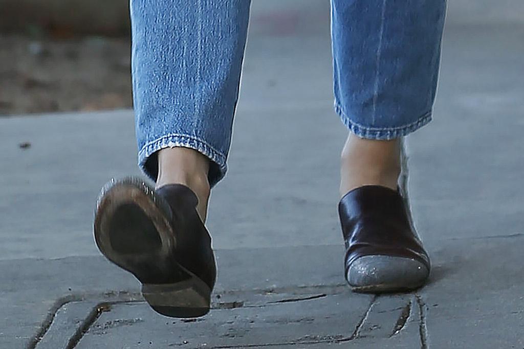 Jennifer Garner, brown loafers, mom jeans, celebrity style, los angeles, january 2020