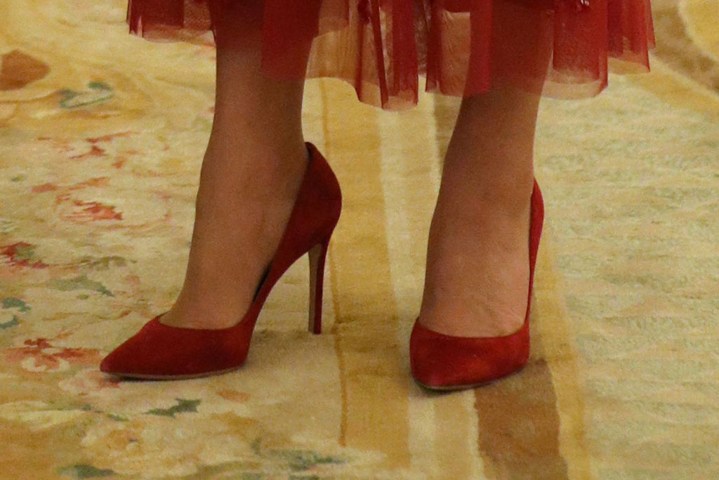 kate middleton, buckingham palace, london, uk, red shoes, red pumps, gianvito rossi, celebrity style, shoe detail