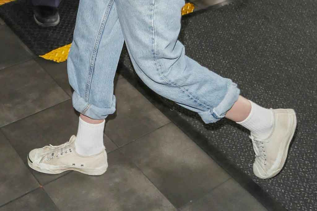 Kristen Stewart, converse jack purcell, white sneakers, celebrity style, lax airport, los angeles